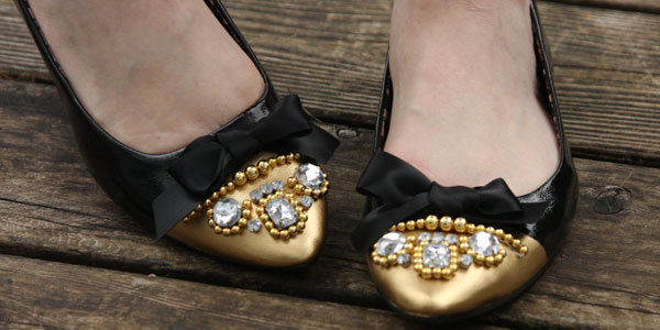 Smashing Knockoff Black and Gold Embellished Flats